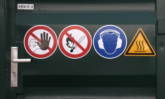 Etiketten für den Bereich Elektronik mit Gefahren Smbole